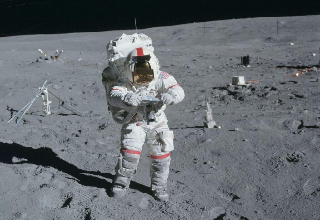 Американский астронавт на Луне
