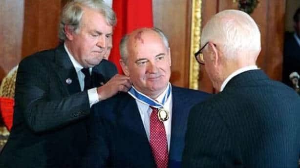 Горбачев получает премию в 10 тысяч долларов США